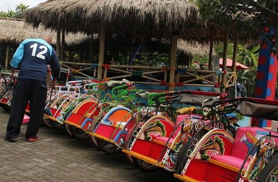Becak dan mobil mini floating market