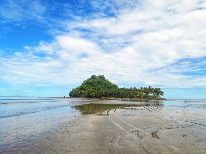Pantai Air Manis Pulau