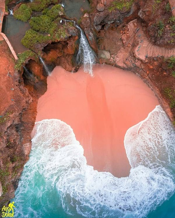 air terjun di pantai banyu tibo