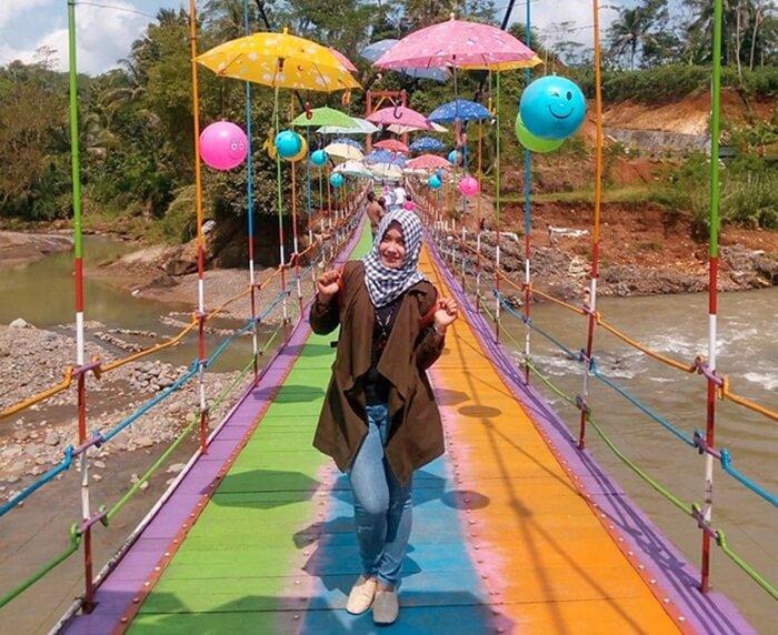 Jembatan Pelangi Sungai Gintung