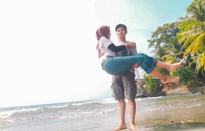 Berdua di pantai Sambolo