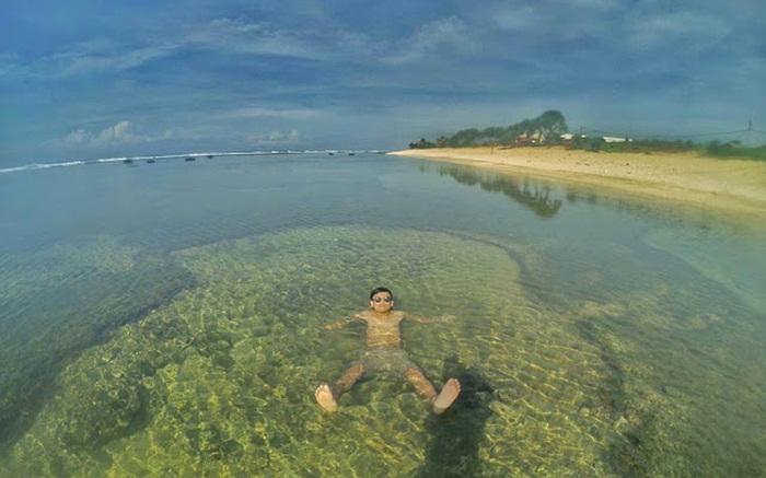 Berenang di pantai dangkal Sayang Heulang
