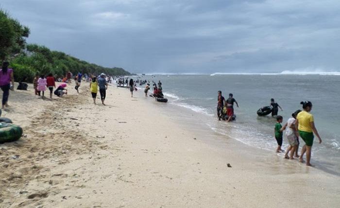 Pengunjung Pantai Sayang Heulang