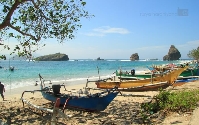 perahu nelayan pantai papuma