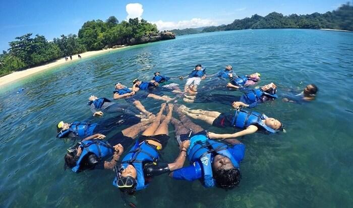 snorkeling di pantai 3 warna
