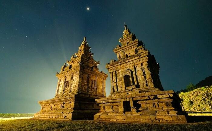 suasana malam di Candi Gedong Songo, salahs atu situs paling populer di wisata bandungan
