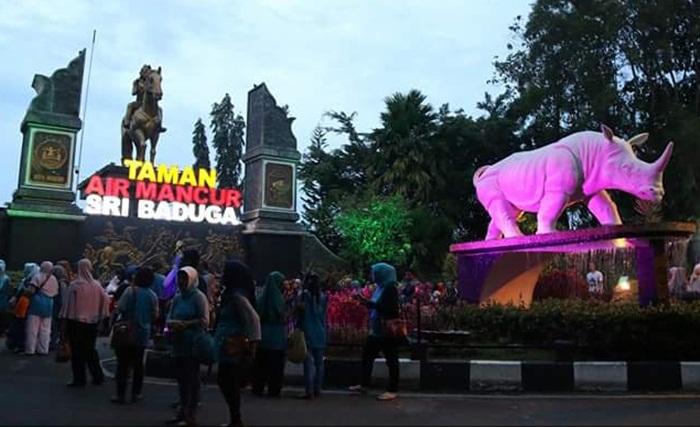 Di Depan Taman Air MAncur Sri Baduga dihiasi dnegan patng Badak Cula1. Hewan endemik Jawa Bagian Barat