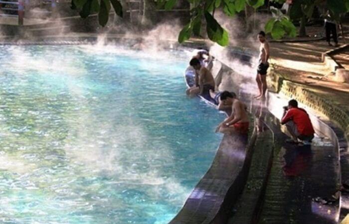 Kolam beruap menunjukkan tingginya suhu air di pemandian air panas lejja, yang bsia mencapai 60 derajat