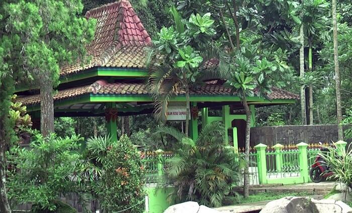 Kyai langgeng penasehat utama pAngeran diponegoro dalam masa perang. beliau dimakamkan di tengah lokasi taman Kyai LAngeng ini