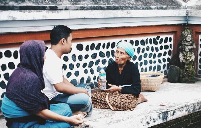 Ngobrol dengan tetua di tepi kolam pura lingsar lombok