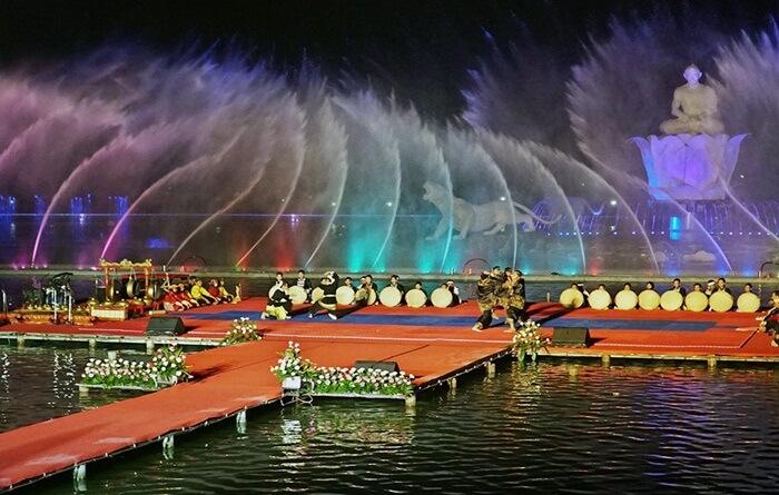 Pencak Silat Taradisional di Taman Air MAncur Sri Baduga saat Festival Silat Dunia