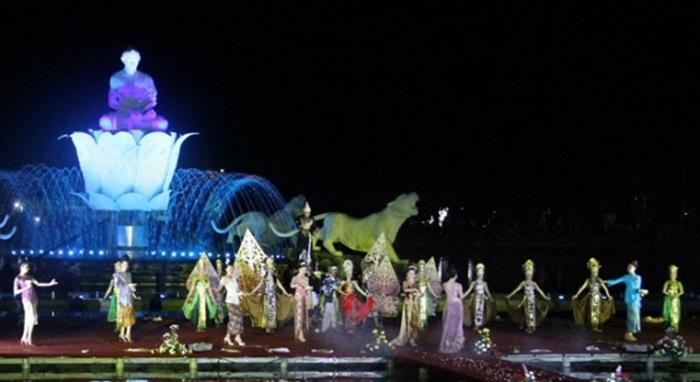 Pertunjukan Tari Tradisional Sunda di panggung tengah situ Taman Air Mancur Sri Baduga