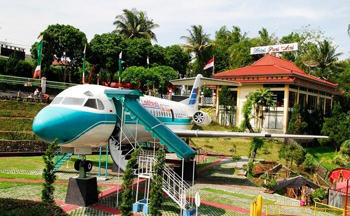 Pesawat di Tengah Taman kyai langgeng menjadi slaahs atu wahana edukasi,khususnya bidang kedirgantaraan