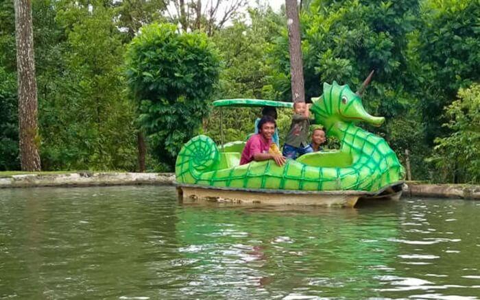 becak air taman kyai langgeng bermotif aneka hewan untuk menarikperhatian pengunjung anak anak