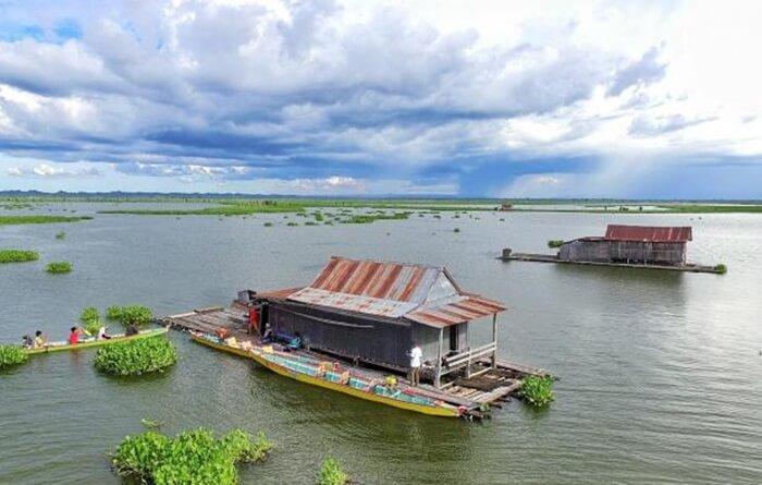 danau tempe, ombejk wisata populer lain di kabupaten ini, yang jaraknya hanay 18 km dari air panas lejja