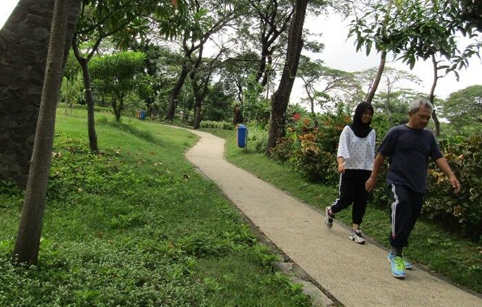 joging track di sekitar danau buatan kebun bibit wonorejo. lokais menyenangkan untuk olah raga santai