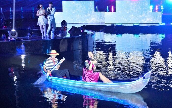 konser mudic atas air taman air mancur Sri Baduga dalams alah satu acara peluncuran produk HP
