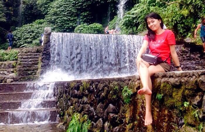 pose cantik di air terjun benang kelambu