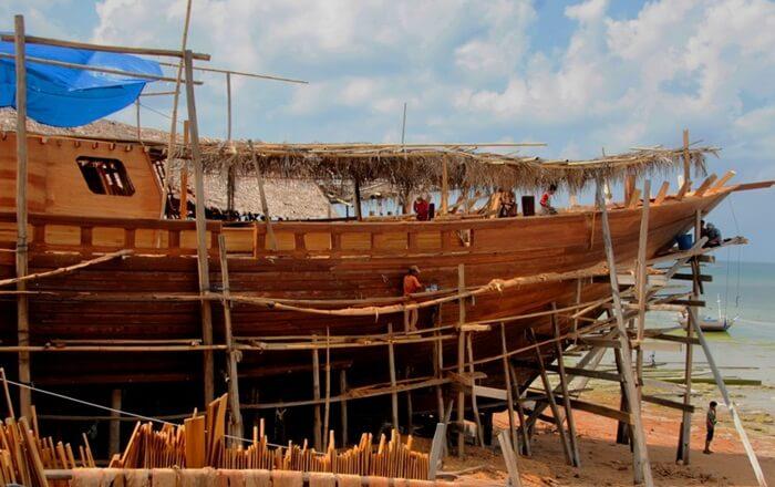 pembuatan perahu pantai bira