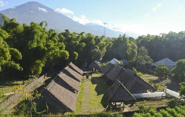 Desa Adat Sembalun bsia terlihat dari kejauhan dari taman wisata pusuk sembalun