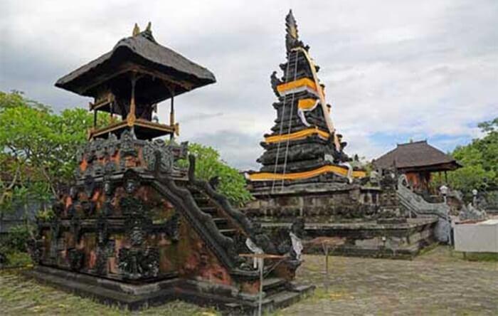 salah satu pelinggih pura lingsar lombok