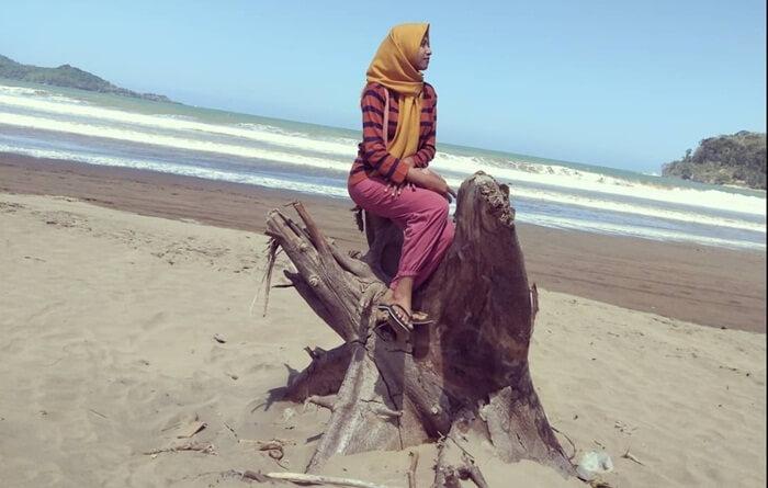 banyak spot foto cantik di pantai teleng ria, yang menantang kreatifitas untuk dioleh menjadi foto yang indah