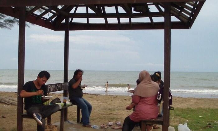 Gaszebo pantai swarangan walau pada beberapa lokasi tampak kurang terawar, namun paling tidak cukup untuk tempat berteduh