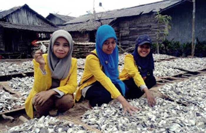 Perkampunagn nelayan pantai swarangan berisikan aktivitas nelayan dalam pengelolaan ikan hasil tangkapan, salah satunya produksi ikan asin