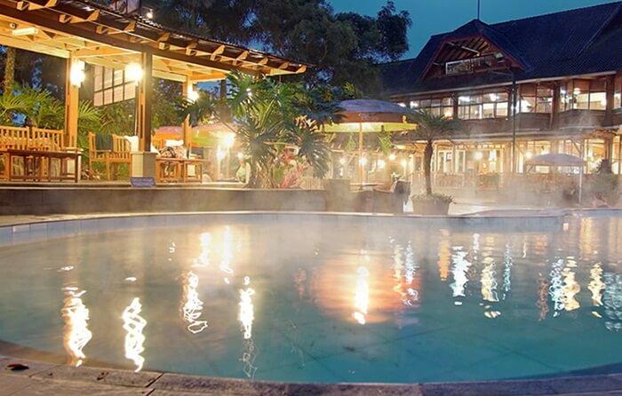 Mandi malam di Sari Ater tidak menjadi masalah, karena fasilitas resort menyediakan fasilitas untuk itu
