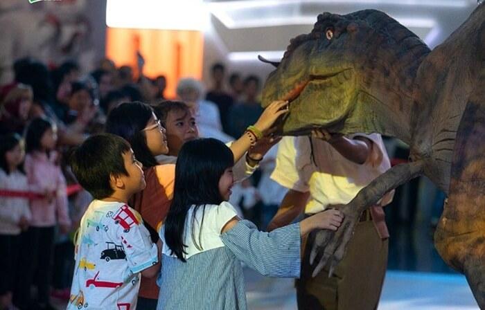 dalam waktu tertentu ada parade karakter dinosaurus di trans studio cibubur. penunjung berkesampatan untuk menyentuh dan foto bersama dengan karakter menarik ini