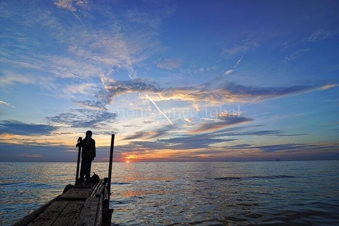 Pantai Swarangan sebuah objek wisata pantai populer di Kalimantan Selatan. Banyak hal yang bisa dilakukan di sini, mulai dari bermain air di tepian, berenang, hingga hanya sekadar duduk di pantai