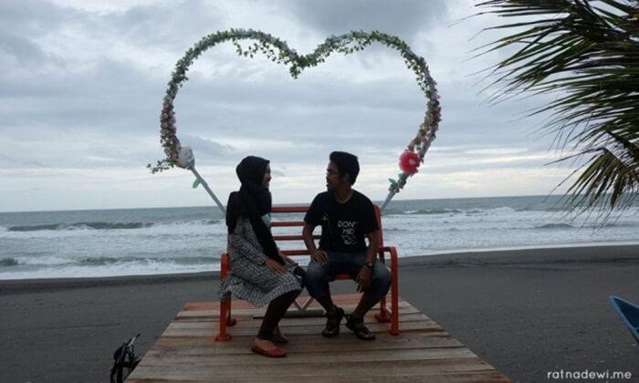 foto mesra nan romantis bisa dibuat di pantai jetis ini