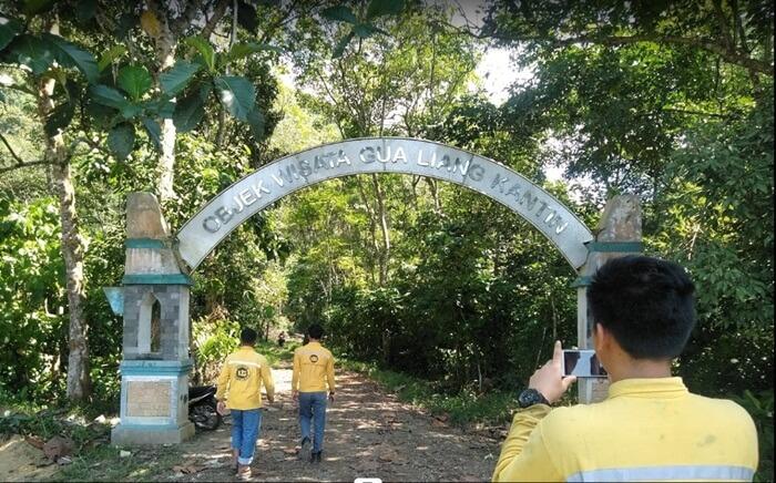 gapura Selamat datang di goa liang kantin menandai pengunjung telah memasuki area wisata