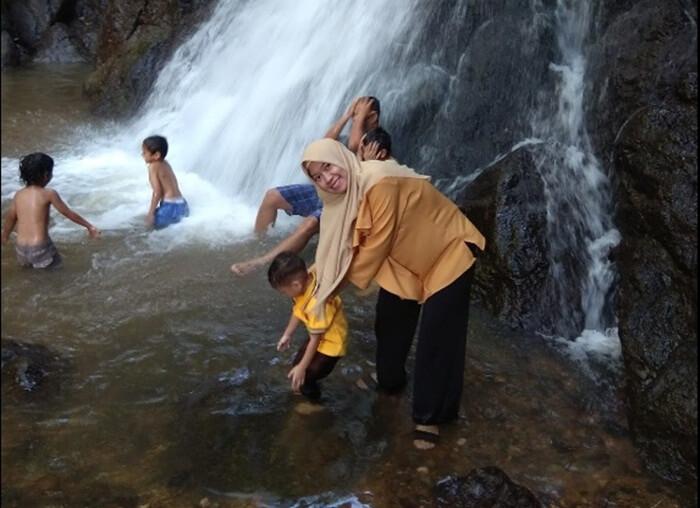Air terjun lano tidak memeilki kolam bawah air terjun yang dalam, sehingga relatif aman agi pengunjung bahkan anak anak seklaipun