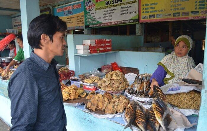 memebrli ikan di warga sekitar pantai telng ria menjamin kondisi ikan yang bagus dan seger.
