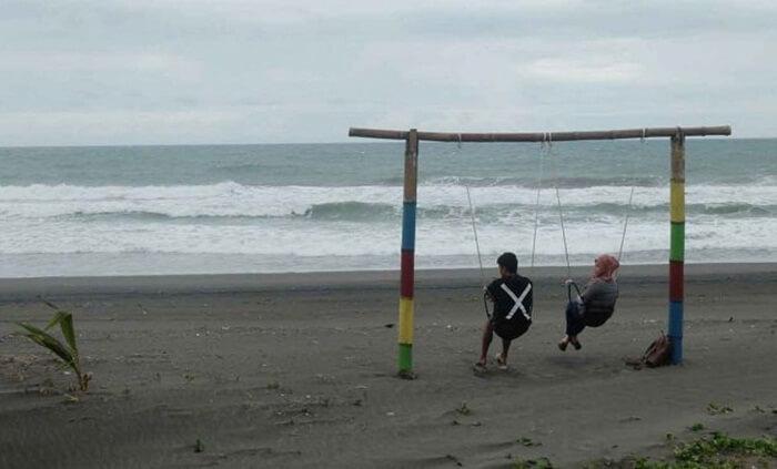 berdua di ayunan pantai jetis, menimbulkan ikatan kuat dalam memaknai kebersamaan
