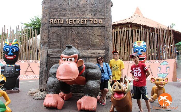berfoto bersama maskot batu secret Zoo berupa patung patung hewan yang lucu