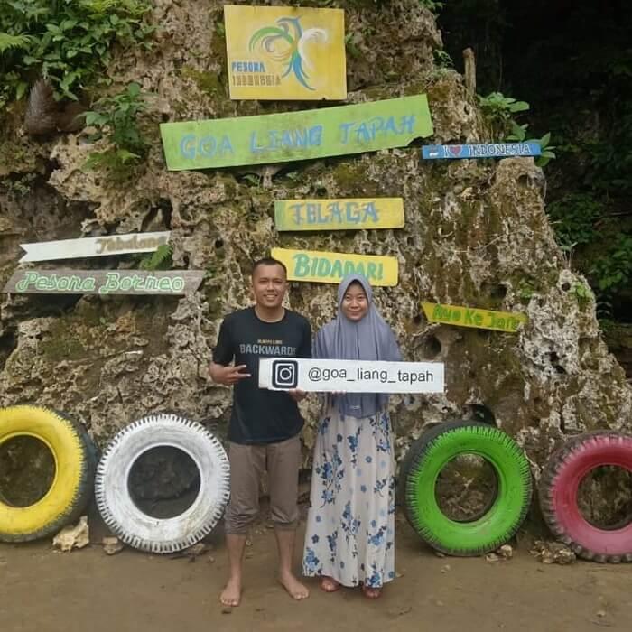 Spot foto di depan goa liang tapah yang menjadi salah satu icon lokasi wisata ini