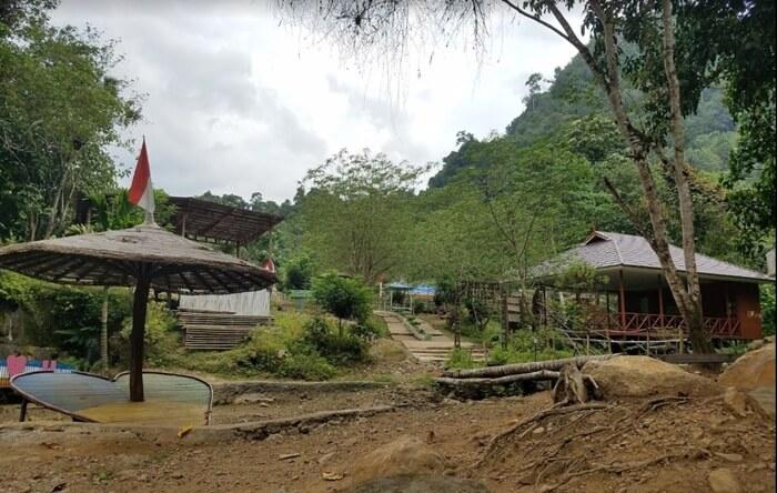 fasilitas air terjun mano diadakan dan dibanguns ecara gotong royong oleh warga