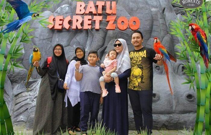 berfoto bersama hewan jinak koleksi batu secret zoo diminati utuk emnghasilkan foto yang unik yang tidak bsia diperoleh di objek wisata lain.