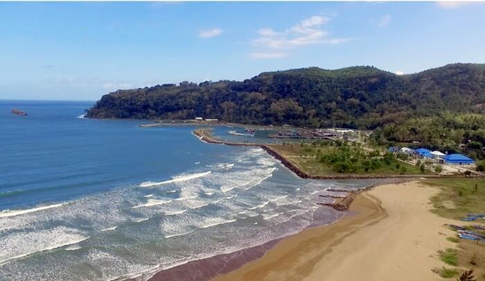 Pantai teleng ria dikelilingi oleh pagar alam gunung limo.