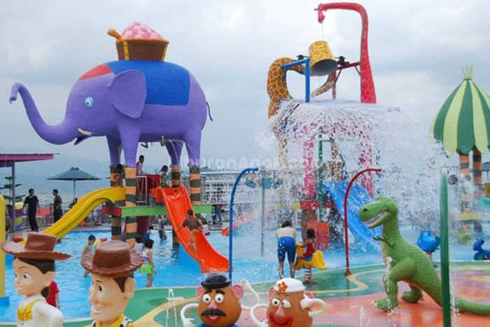 kolam anak batu secret zoo didesain untuk emembuata nak anak bebas gembira bermain air tanpa kawatir soal kemanan dari resiko tenggelam