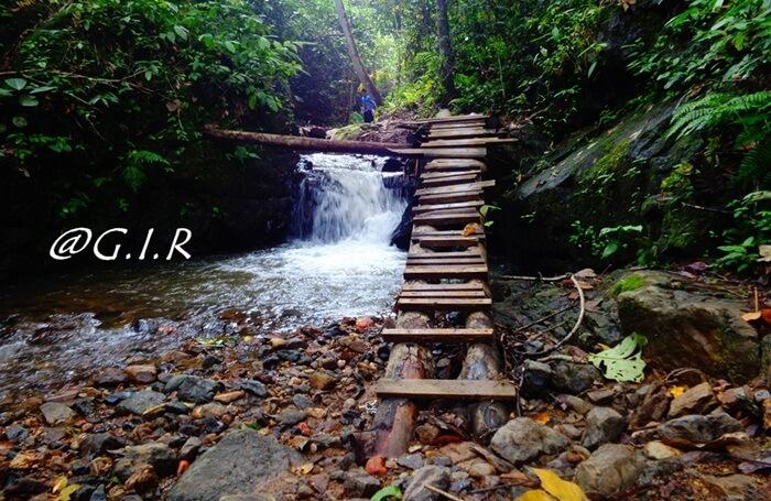 lintasan trekking menuju air terjun lano melalui beberapa sungai kecil dana ir terjun kecil