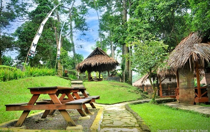 Meja makan yang menyatu dengan alam, salah satu fasilitas untuk makan di sari ater resort