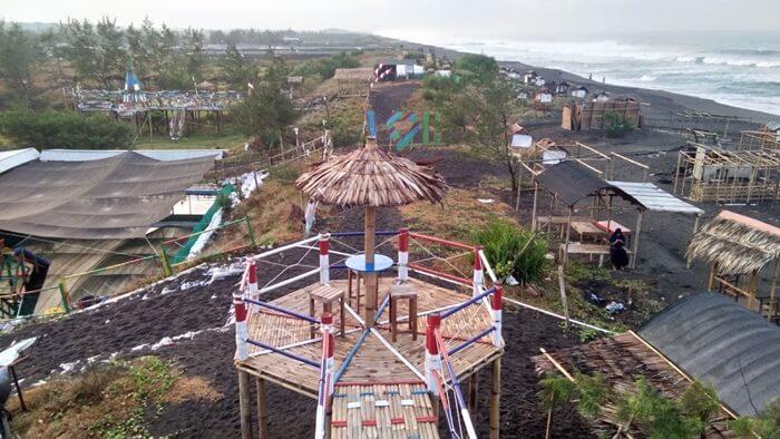 Berbagai fasilitas wisata dibangun untuk menyempurnakan Pantai Jetis. sebagai lokasi wisata andalan