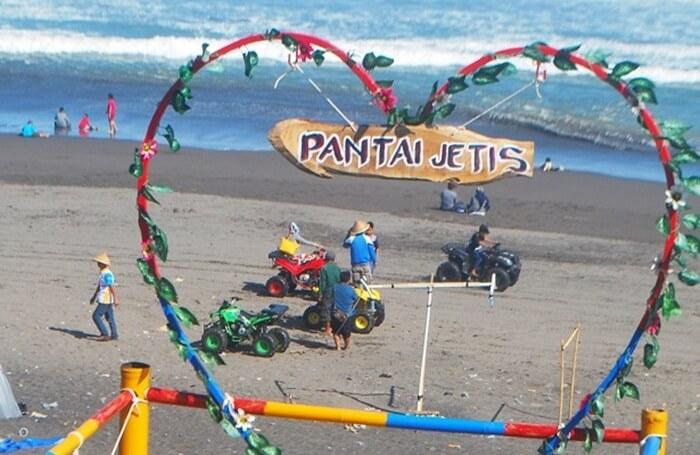 pantai jetis, Pantai yang memiliki karakter gelombang laut selatan yang begitu besar dan panorama pegunungan kapur.