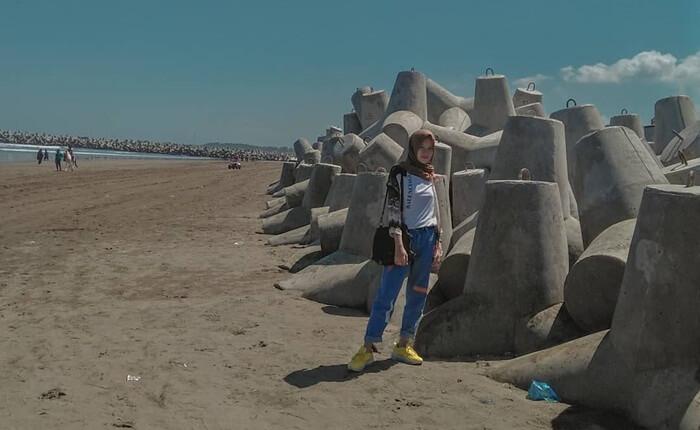 Pemecah ombak di pantai jetis terlihat cantik hingga terasa spot foto