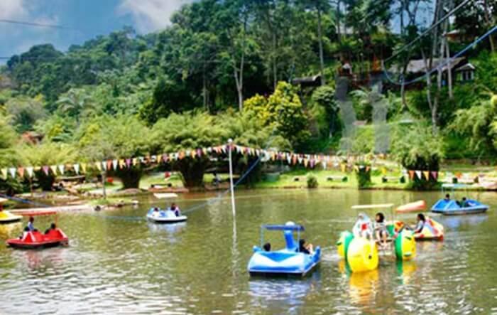 Main perahu di muara suangai air panas sari ater