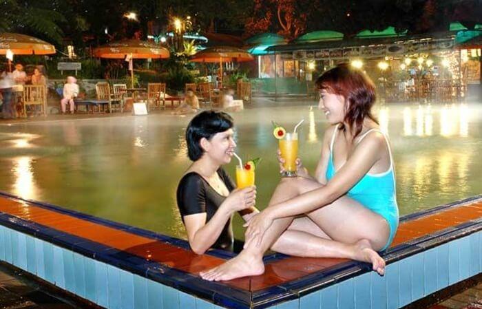 relaksasi di kolam air panas sari ater bsia dilakukans ambil minum jus buah segar
