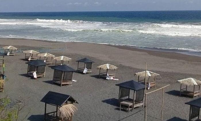 Saung Pantai Jetis sengaja dibangun utnuk memfasilitasi pengunjung menikmati pantai ini